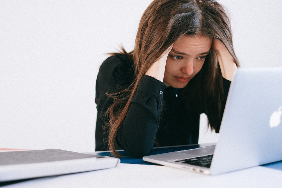 stressed-woman-looking-at-a-laptop-4226218